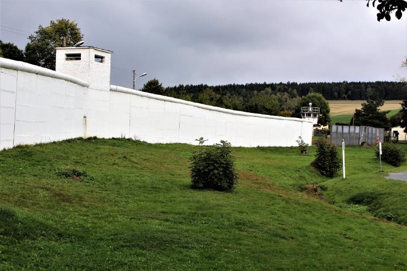 Reste der weißen Mauer, die in Mödlareuth die Ortsteile trennte.