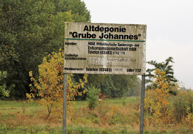 Schild Altdeponie Grube Johannes. Im Volksmund: Silbersee. Abwässer wurden hier gesammelt.