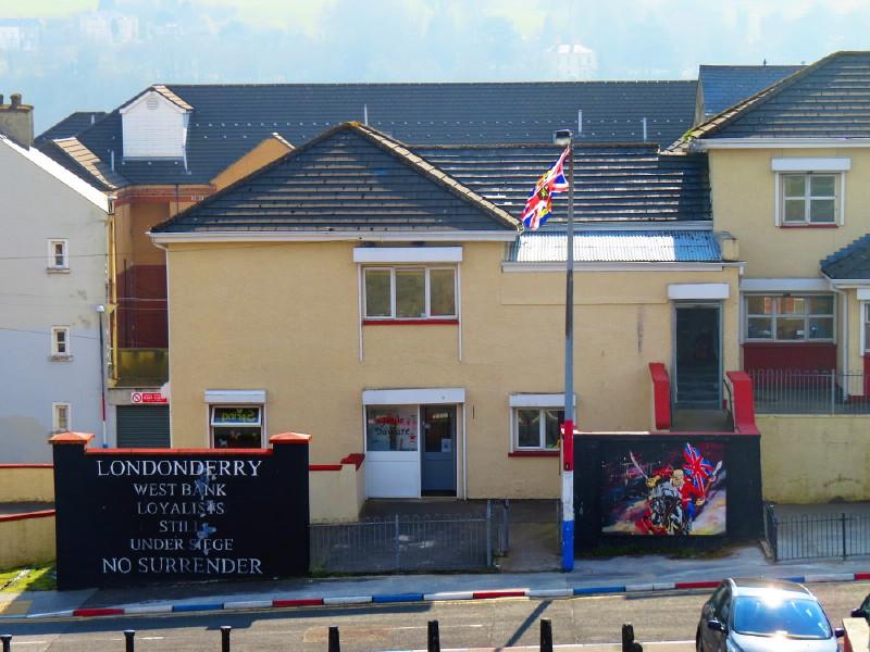 Gebäude in Derry mit britischer Flagge und der Aufschrift 'No surrender' - keine Aufgabe.