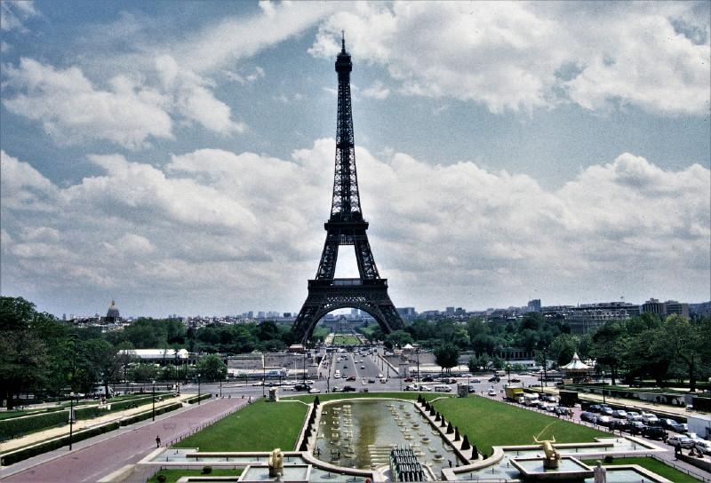 Der Eiffelturm in Paris. Im Vordergrund Parkanalagen.