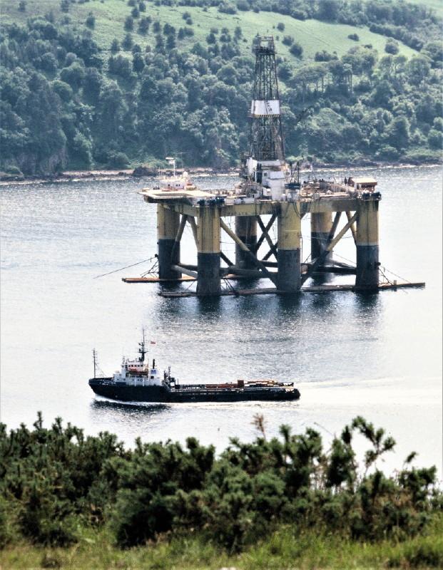 Halbtaucherplattform für die Ölförderung und ein Versorgungsschiff.