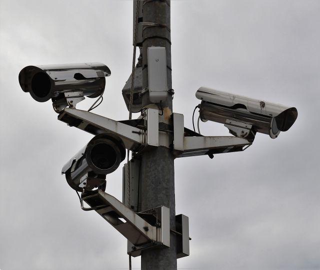 Drei Kameras an einem Stahlpfosten.