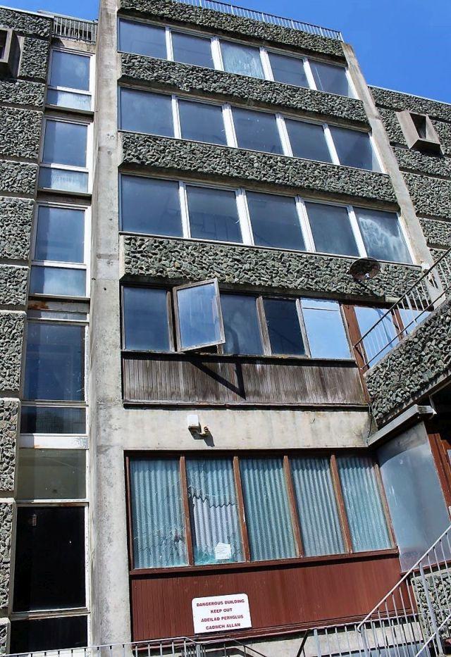Ein früheres Bildungshaus mit zerbrochenen Scheiben in Wales