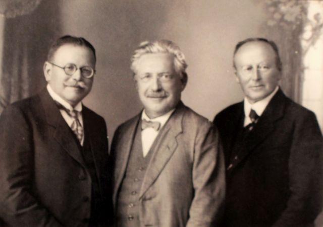 Matthias Erzber mit Georg Baumgartner und Monsignore Franz Vogt. Alle im Anzug.
