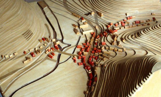 Rote und hellbraune Holzhäuschen zeigen auf dem Modell Buttenhausens die religiöse Verteilung der Einwohner.