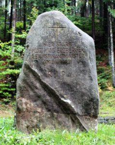 Gedenkstein für Matthias Erzberger bei Bad Grönenbach. Die Aufschrift spricht von 'starb', doch Erzberger wurde an dieser Stelle ermordet.