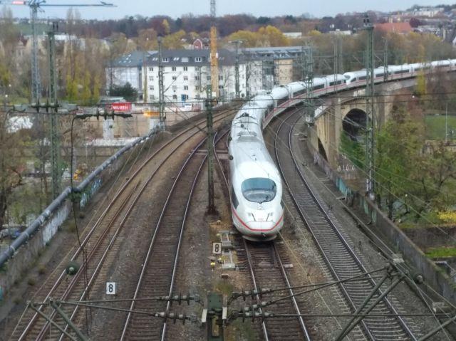 ICE überquert den Neckar in Stuttgart.