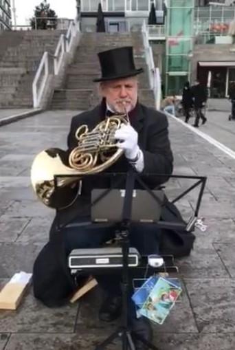 Rudolf Diebetsberger spielt in unmittelbarer Nähe des Kleinen Schlossplatzes in Stuttgart Horn für einen guten Zweck.
