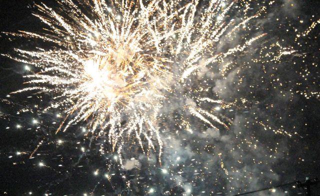 Raketen explodieren: Helle Sterne am Nachthimmel.