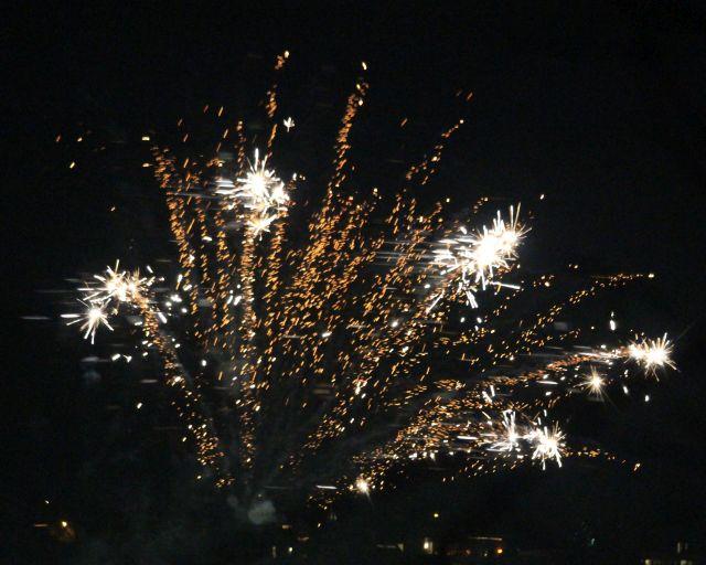 Explodierende Feuerwerksraketen am dunklen Himmel.