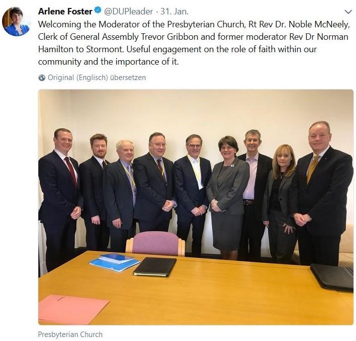 Arlene Foster im Kreise von Vertretern der Presbyterian Church.