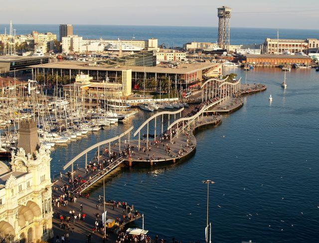Flaniermeile im Hafen von Barcelona und moderne Gebäude.