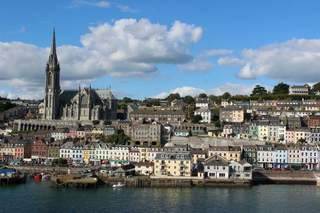 Irland: Sicht auf den Hafen von Cork - Cobh - beim Ein- und Auslaufen. Der Brexit wird die Handelsströme beinträchtigen.