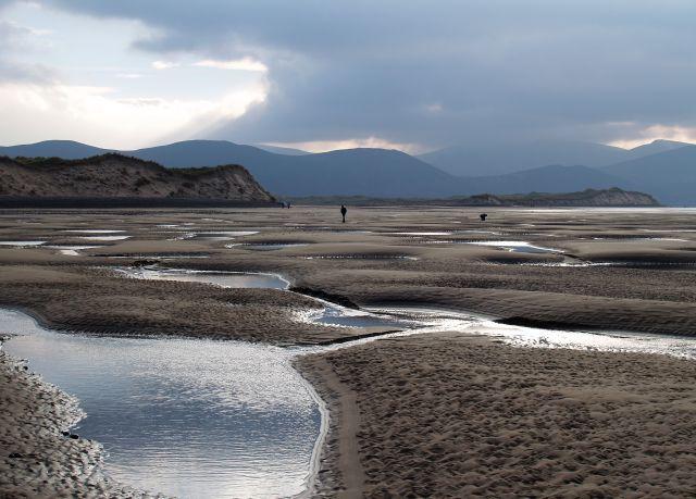 Ein Mensch läuft auf dem bei Ebbe freigelegten Meeresboden. Bis vor wenigen Jahren war hier eine Düne.