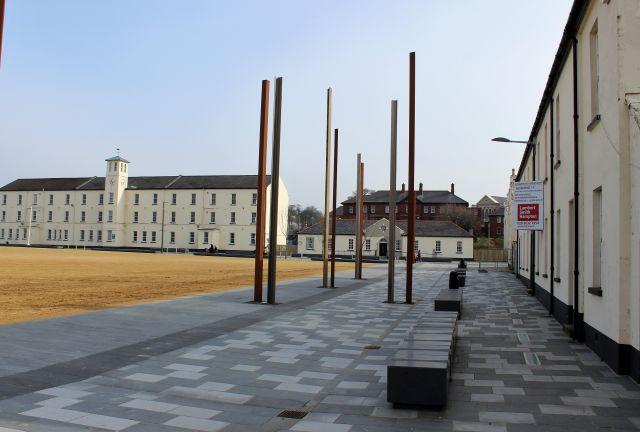 Blick auf die Ebrington Barracks. Heute finden hier kulturelle Veranstaltungen statt, früher waren hier britische Soldaten stationiert. Die Ktholiken betrachteten sie als fremde Besatzungsmacht.