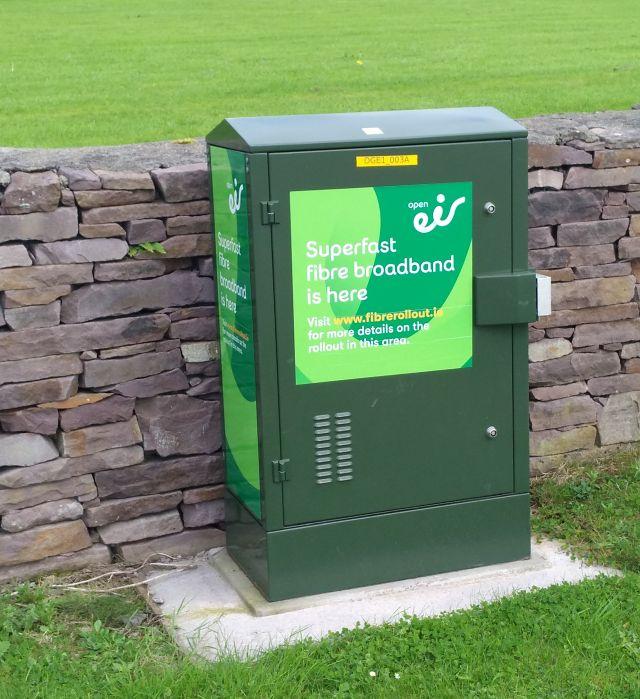 Irland zwischen Brexit und Wassergebühren. Der Ausbau der Glasfasernetze im ländlichen Raum schreitet voran. GRüner Kasten, der leistungsfähige Internetverbindungen nach Dingle in Irland bringt.