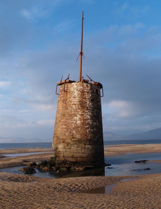 Kleiner gemauerter Turm in Rossbeigh im irischen Kerry. Bei Ebbe stand er auf dem Strand, doch die Stürme haben ihn zerstört.