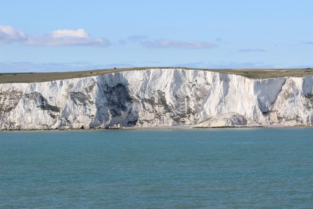 Die Kreidefelsen von Dover bei der Einfahrt in den Hafen. Ein Teil ist ins Meer gestürzt.