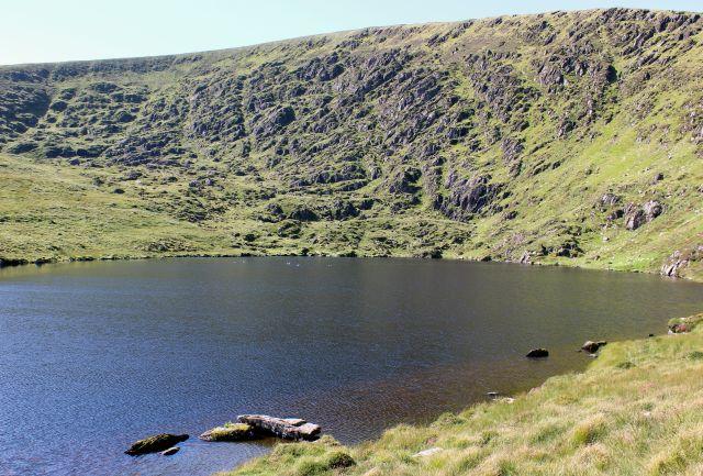 Irland: Wassergebühren konnten nicht durchgesetzt werden, obwohl die Hälfte des Trinkwassers auf dem Weg zum Kunden wegen marodener Rohre versickert. Der malerisch gelegene See am Mount Eagle in Kerry ist ein wichtiges Wasserreservoir.