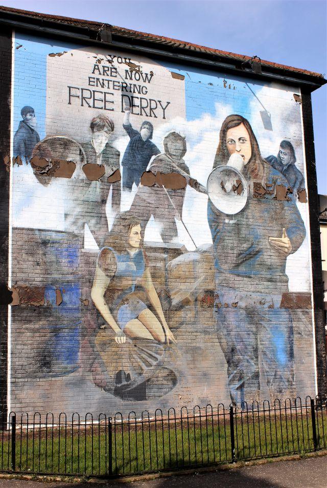 Bernadette Devlin mit Megaphon während einer Demonstration im nordirischen Derry. Das Mural erinnert an einer Hauswand in der Bogside an den Kampf der Katholiken für Gleichberechtigung.