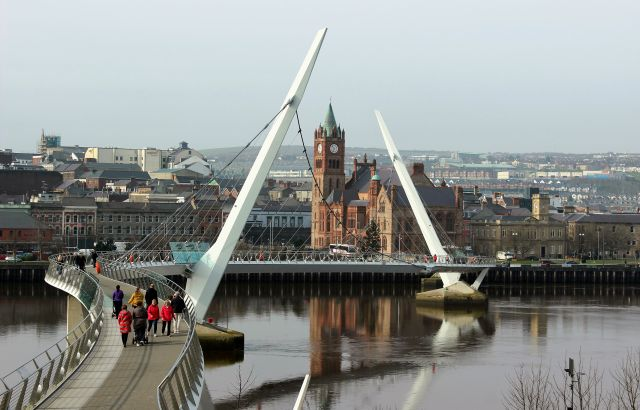 Die 'Peace Bridge' in Derry und dahinter die Guild Hall, in der der Stadtrat tagt.