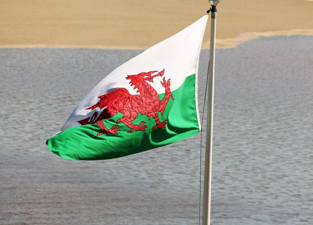 Der rote Drache auf grün-weißem Untergrund weht auch in Portmeirion. Italienisches Dorf mit walisischer Nationalflagge! www.deutschland-geliebte-bananenrepublik.de