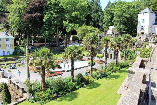 Die Piazza von Portmeirion würde jedem italienischen Küstendorf mit ihren Palmen und Gebäuden Ehre machen. www.deutschland-geliebte-bananenrepublik.de