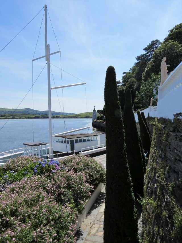 Auf den ersten Blick liegt ein Schiff am Kai, doch es ist die Stein gewordene Amis Réunis.