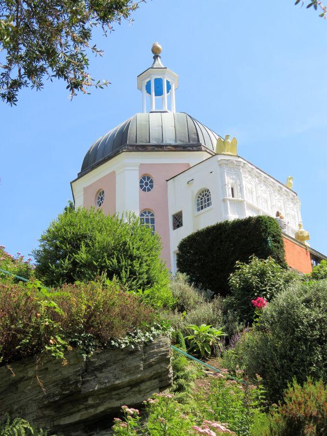 """Der """"Green Dome"""" in Portmeirion überragt das italienisch anmutende Dorf in Wales. www.deutschland-geliebte-bananenrepublik.de"""