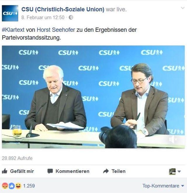 """Horst Seehofer und Andreas Scheuer sitzen bei einer Pressekonferenz vor einer blauen Wand mit """"CSU""""-Schriftzügen."""