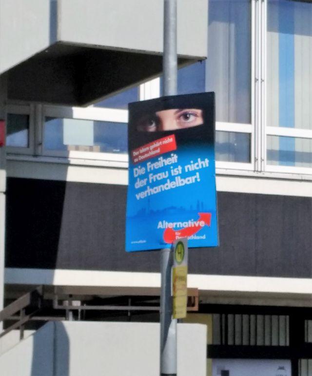 """AfD-Plakat aus der letzten Bundestagswahl mit dem Text """"Die Freiheit der Frau ist nicht verhandelbar."""""""