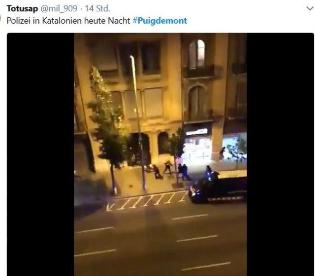 Polizei verprügelz in Barcelona Demonstranten und Passanten.