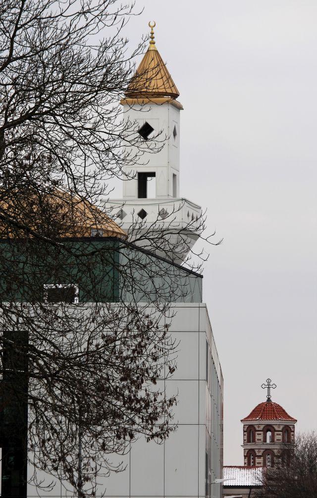 Im Vordergrund die Yunus-Emre-Moschee und im Hintergrund die Kuppel der griechisch-orthodoxen Kirche Mariä Verkündigung.