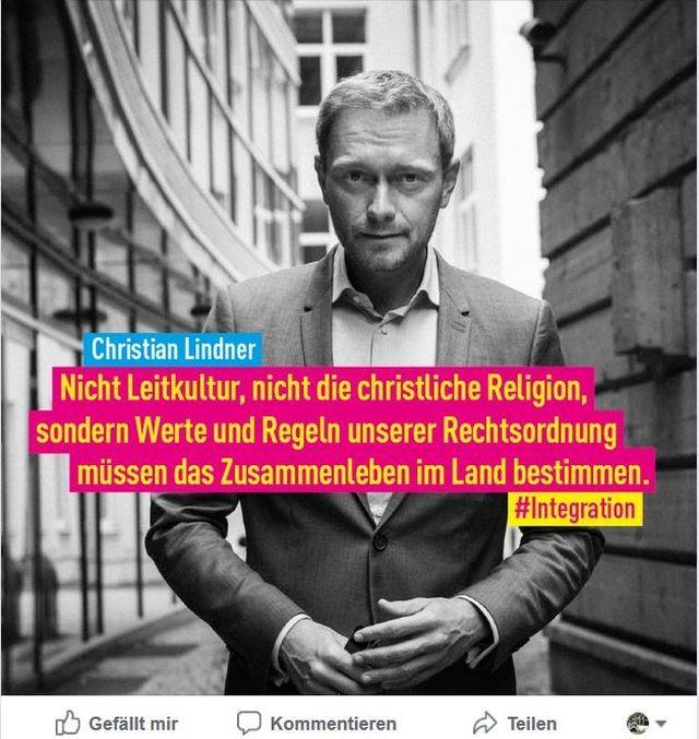 """Christian Lindner im Anzug zwischen Gebäuden wendet sich gegen """"Leitkultur und christliche Religion"""" als Eckpfeiler unserer Gesellschaft."""