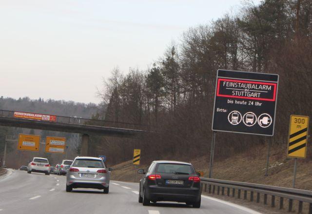 """Transparent """"Feinstaubalarm"""" an einer Brücke an der B14, die in die Stuttgarter Innenstadt führt."""