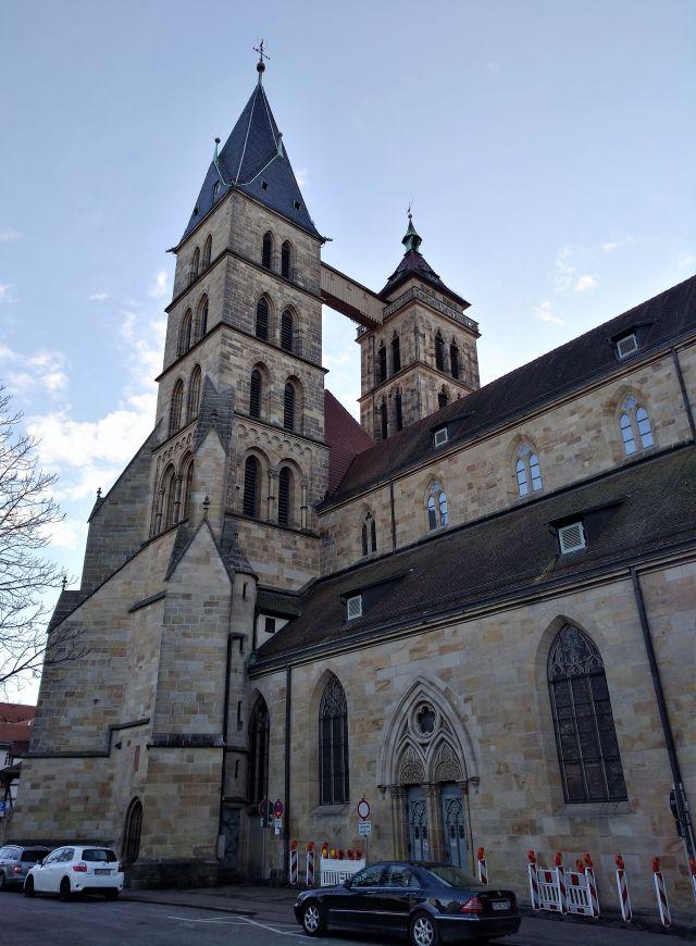 Blick auf die Stadtkirche St. Dionys in Esslingen. Die beiden unterschiedliichen Türmen und der charakteristischen Verbindung in luftiger Höhe. Sie wurde notwendig, als einer der Türme einzustürzen drohte.