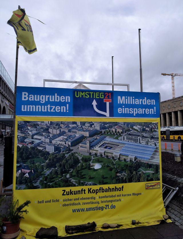 """Transparent am Stand der Mahnwache der S 21-Gegner, die deie """"Baugruben umnutzen"""" wollen - aber wozu?"""