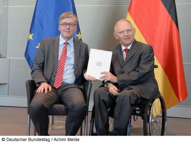 Wolfgang Schäuble und Hans-Peter Bartels bei der Übergabe des Wehrberichts 2017.