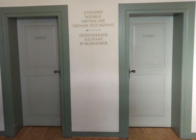 Zwei Toilettentüren für Damen und Herren in einem baden-württembergischen Rathaus.