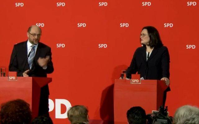 """Andrea Nahles und Martin Schulz vor einer roten Wand mit """"SPD""""-Schriftzug."""