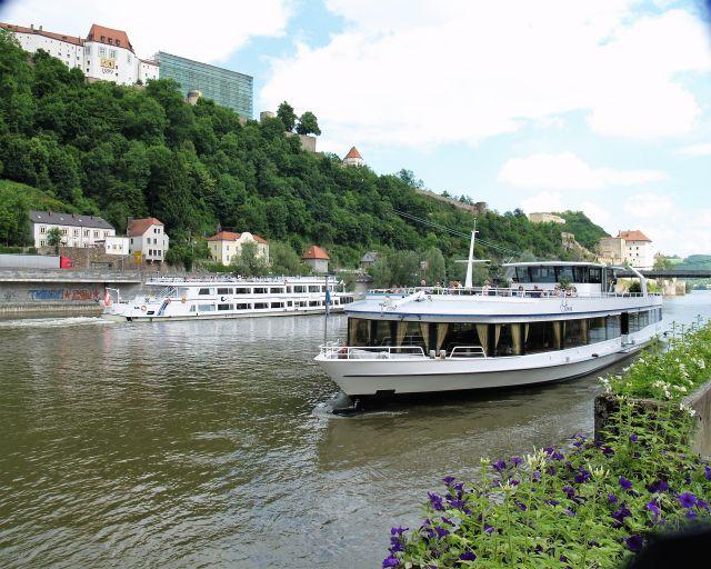 Zwei Kreuzfahrtschiffe auf der Donau bei Passau. Im Hintergrund die Veste Oberhaus.