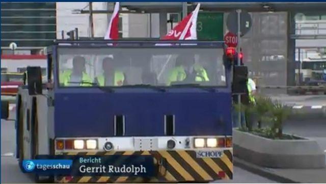 Blaues Fahrzeug vom Flughafen Frankfurt hat nichts in einer Demo von Verdi verloren.