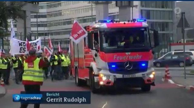 Ein Feuerwehrfahrzeug wird illegal von Verdi-Mitgliedern bei einer Streik-Demo mitgeführt.