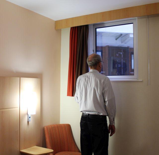 Der Autor steht am Fenster und kann gerade so aus dem Fenster in Kopfhöhe schauen.