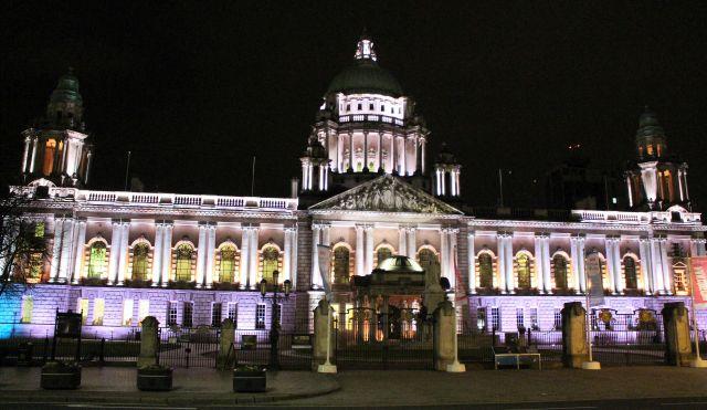 Die im victorianischen Stil erbaute City Hall in Belfast bei Nacht.