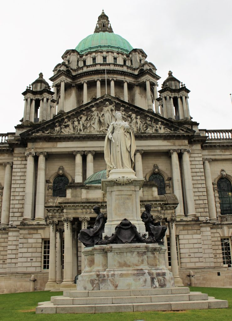 Eine Statue Königin Victorias vor der City Hall in Belfast.