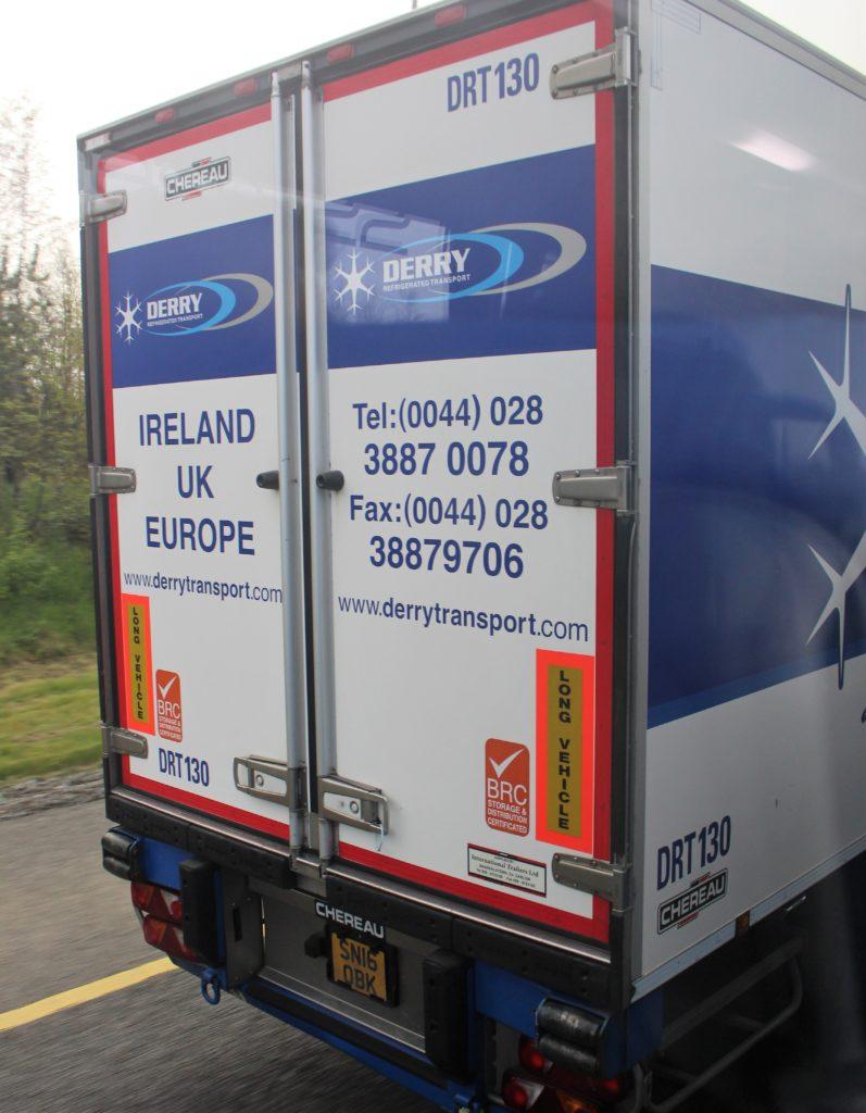 """Rückseite eines Lkw mit britischem Kennzeichen und der Aufschrift """"Ireland - UK - Europe""""."""