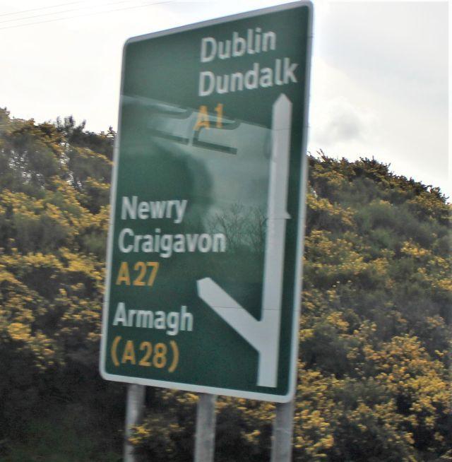 Straßenschild auf der Fahrt von Belfast nach Dublin.