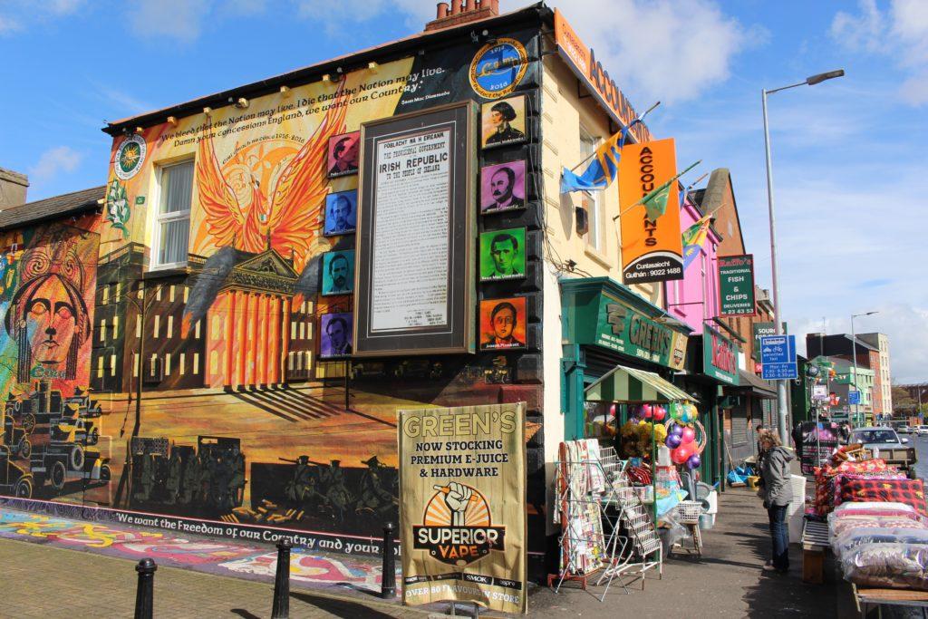 Die Unabhänigkeitserklärung der irischen Freiheitskämpfer aus dem Jahre 1916 an einer Hauswand in der Falls Road in Belfast.