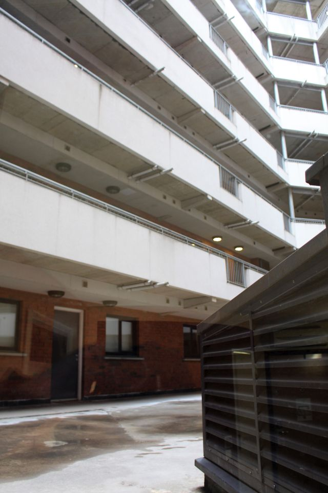Betonierter Innenhof, Zugänge zu den Wohnungen und ein Abluftschacht: Der Blick aus dem Fenster.